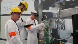 Des techniciens de maintenance utilisent l'assistance de la réalité augmentée